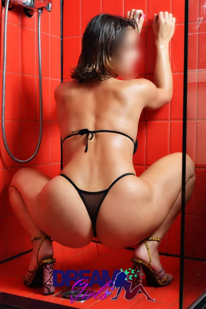 dafni-shows-her-booty-in-athens